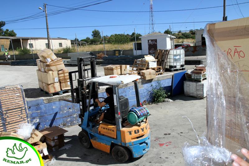 carregamento contentor de ajuda humanitaria