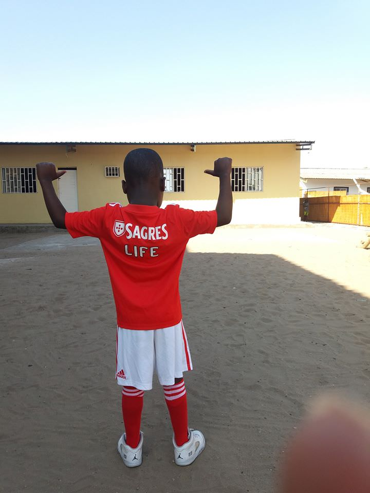 Presente para meninos em remar Moçambique