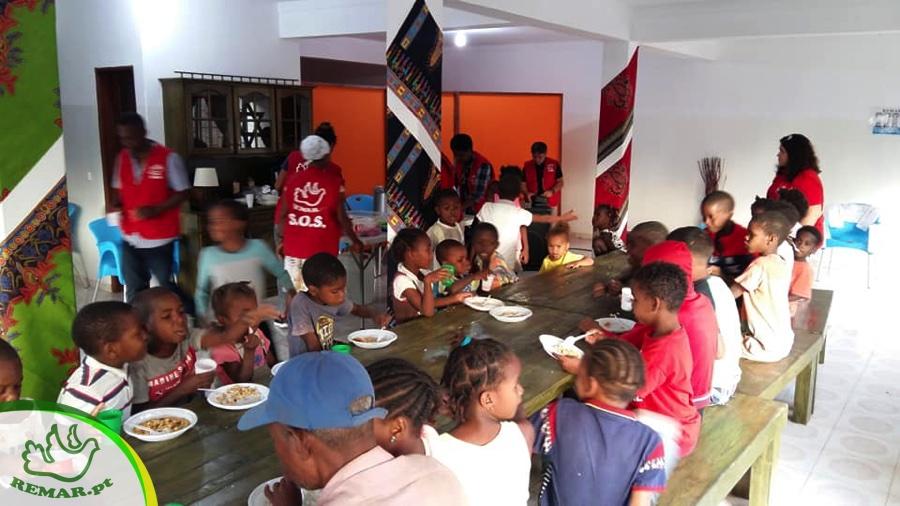 Crianças e idosos usufruem duma refeição todas as semanas